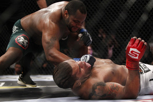 Cormier (L) finishes off Silva (Esther Lin/MMA Fighting)