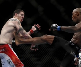 Carmont (R) throws a kick (Esther Lin/MMA Fighting)