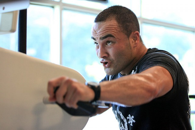 Eddie Alvarez trains in the gym (Dave Mandel/Sherdog)