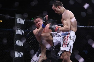 Curran (R) connects with a flying knee (Dave Mandel/Sherdog)