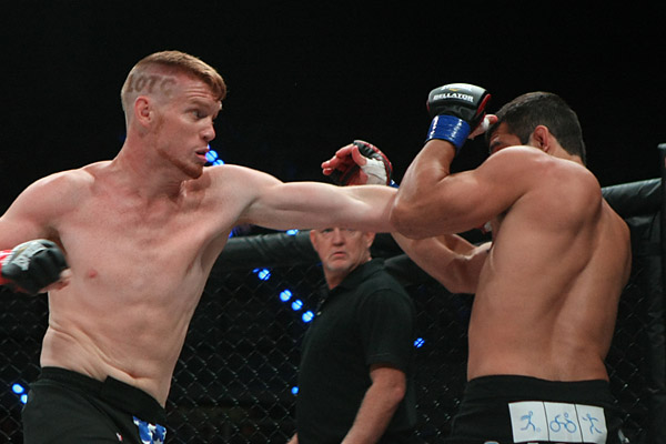 Alvey (L) throws a punch (Keith Mills/Sherdog)