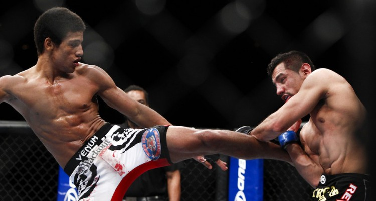 Alex Caceres (L) delivers a kick (Esther Lin/MMA Fighting)