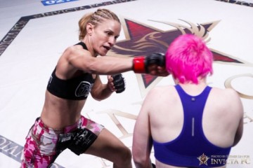 Barb Honchak (L) delivers a right hand (Esther Lin/Invicta FC)