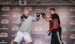 Mark Hunt (L) (Taro Irei/Sherdog)