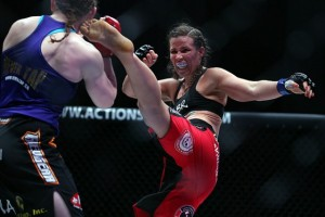 Leslie Smith (R) delivers a kick (Dave Mandel/Sherdog)