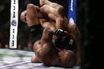 Demetrious Johnson (bottom) submits John Moraga (Esther Lin/MMA Fighting)