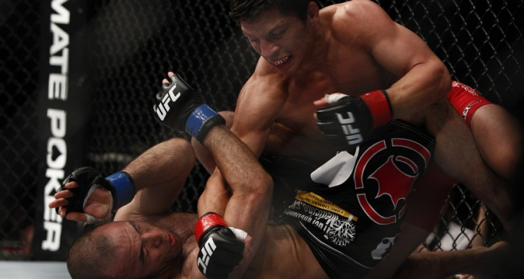 Benavidez (R) drops a right hand (Esther Lin/MMA Fighting)