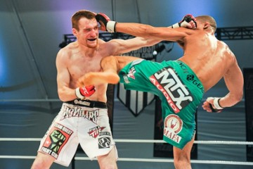 Ryan Healy (L) deliver a punch (Charles Penner/Combat Captured)