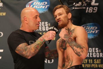 Joe Rogan (L) interviews Conor McGregor (R) (José Youngs/The MMA Corner